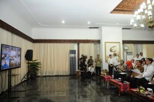 Presiden Jokowi saat melakukan video conference dengan pengungsi Sinabung dan banjir Aceh, di Istana Negara, Jumat (7/11)