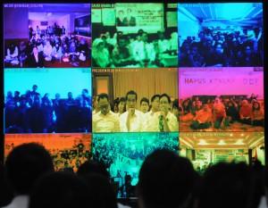 Presiden Jokowi dalam video conference dengan TKI di sejumlah negara, Minggu (30/11)