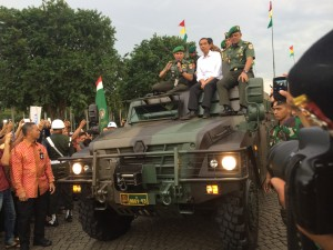 Presiden Jokowi didampingi KSAD Jendral Gatot Nurmantyo naik di atas sebuah panser saat meninjau pameran Alutsista TNI, di Jakarta, Rabu (17/12)