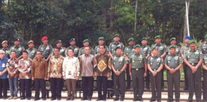 Presiden Jokowi berfoto bersama para peserta Apel Dansat di Kab. Kobar, Kalteng, Jumat (5/12)