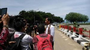 Presiden Jokowi menjawab wartawan saat berkunjung ke perbatasan RI - Timor Leste, di Atambua, Kab. Belu, NTT, Sabtu (20/12)