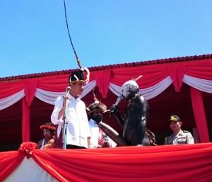Warga Lembah Baliem, Papua, beridalog dengan Presiden Jokowi, di Wamena, Minggu (28/12)