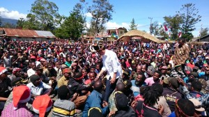 Ribuan warga Baliem mengelu-elukan kedatangan Presiden Jokowi, di Wamena, Papua, Minggu (28/12)