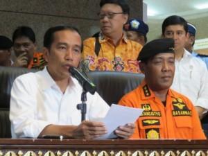 Presiden Jokowi didampingi Kepala Basarnas dan Menko Polhukam saat memberikan keterangan pers terkait musibah AirAsia QZ8501, di Jakarta, Senin (29/12)
