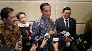 Presiden Jokowi memberi keterangan kepada wartawan seusai bertemu investor Korsel, di Busan, Rabu (10/12) malam
