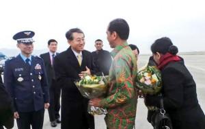 Presiden Jokowi didampingi Ibu Negara Iriana saat tiba di Busan, Korsel, Rabu (10/12) sore