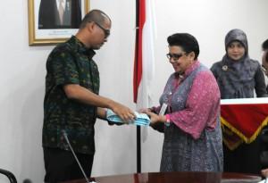 Seskab Andi Wijayanto menyerahkan POK DIPA 2015 kepada Deputi Persidangan Dra. Sifa, di Gedung III Kemensetneg, Jakarta, Kamis (11/12)