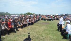 Presiden Jokowi berdialog dengan petani Jabar, di Kec. Compreng, Kab. Subang, Jabar, Jumat (26/12)