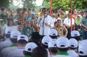 Presiden Jokowi saat memberikan sambutan di depan penerima penghargaan Adhikarya Pangan Nusantara, di Subang, Jabar, Jumat (26/12)