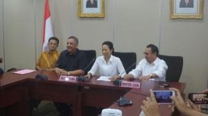 Menteri BUMN Rini Soemarno didampingi Menteri ESDM Sudirman Said, Sofyan Basyir, dan Chandra Hamzah, saat pengumuman hasil RUPS PT. PLN, di Jakarta, Selasa (23/12) malam