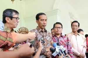 Presiden Jokowi menjawab wartawan soal penanganan pelanggaran HAM, di Yogyakarta, Selasa (9/12)