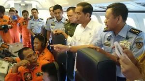 Presiden Jokowi di atas pesawat intai Maritim Boeing-737 200 SIP TNI AU, saat menuju Tarakan, Kaltara, Senin (15/12)
