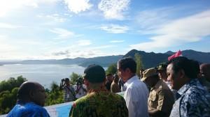 Presiden Jokowi meninjau pembangunan Jembatan Holtekamp, di Jayapura, Minggu (28/12) pagi