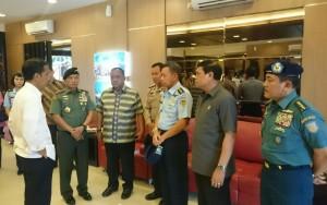Presiden Jokowi memberikan arahan kepada para pejabat TNI-Polri terkait hilang kontaknya AirAsia, saat mendarat di Bandara Sorong, Minggu (28/12) siang