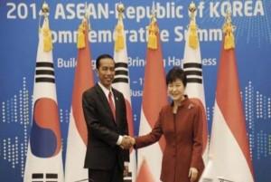 Presiden Jokowi disambut Presiden Korsel Park Geun-hye, saat tiba di KTT ASEAN - Korsel, di Busan, Jumat (12/12)