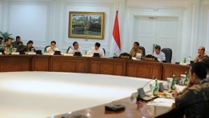 Presiden Jokowi memimpin sidang kabinet membahas Komite Kebijakan Industri Pertahanan, di kantor Presiden, Jakarta, Selasa (30/12)