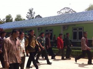 KSAD Jendral Gatot Nurmantyo mendampingi Presiden Jokowi menuju tempat Apel Dansat 2014, di Kab. Kobar, Kalteng, Jumat (5/12)