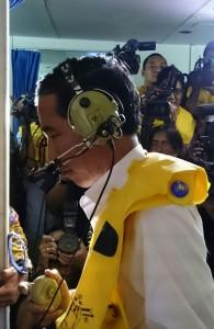 Presiden Jokowi kontak dengan awak KRI Bung Tomo yang sedang melakukan evakuasi korban AirAsia QZ8501, di Pagkalan Bun, Selasa (30/12)
