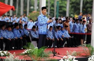 Presiden Jokowi memberikan arahan pada Upacara HUT Ke-43 Korpri, di lapangan Monas, Jakarta, Senin (1/12)