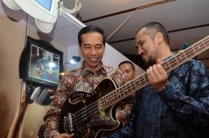 Presiden Jokowi dan Ketua KPK Abraham Samad memperhatikan gitar dari hasil gratifikasi, Yogyakarta, Selasa (8/12)
