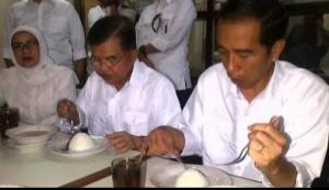 Presiden Jokowi dan Wapres Jusuf Kalla makan kuliner lokal
