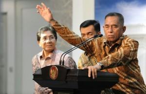 Menhan Ryarmirzad Ryacudu memberi keterangan kepada wartawan, di kantor Presiden, Jakarta, Selasa (30/12)