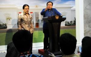 Menko Perekonomian Sofyan Jalil dan Menkeu Bambang Brodjonegoro menyampaikan hasil sidang kabinet paripurna, di kantor Presiden, Jakarta, Rabu (23/12) petang