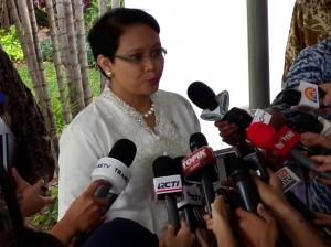 Menlu Retno L.P. Marsudi memberikan penjelasan kepada wartawan di kantor Presiden, Jakarta, Rabu (3/12)