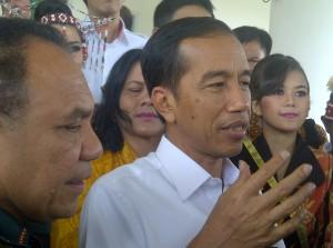 Presiden Jokowi didampingi Gubernur NTT Frans Lebu Raya menjawab wartawan, di Kupang, NTT, Sabtu (20/12) pagi