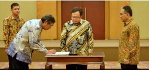 Menteri Keuangan Bambang P.S. Brodjonegoro menyaksikan serah terima jabatan Dirjen Pajak dari Fuad Rahmany kepada Mardiasmo, di Jakarta, Senin (1/12)