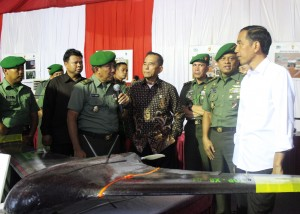 Presiden Jokowi didampingi Menhan Ryarmirzad Ryacudu dan KSAD Jendral Gatot Nurmantyo meninjau pameran alutsista, di Jakarta, Rabu (17/12)