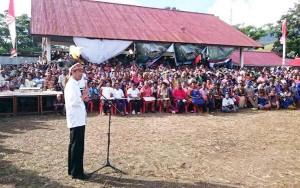 Presiden Jokowi memberikan sambutan pada peletakan batu pertama pembangunan Pasar Pharaan di Sentani, Jayapura, Sabtu (27/12)