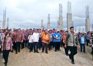 Presiden Jokowi meninjau pembangunan Pasar Rufei, di Sorong, Papua Barat, Minggu (28/12)