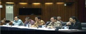 Menko Perekonomian Sofyan Jalil didampingi menteri yang lain saat pengumuman harga BBM baru, di Jakarta, Rabu (31/12)