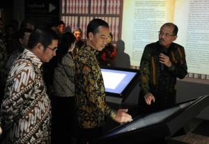 Presiden Jokowi didampingi Ketua MK Hamdan Zoelva meresmikan Pusat Sejarah Konstitusi, di Gedung MK, Jumat (19/12)
