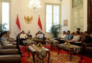 Presiden Jokowi dan Wapres Jusuf Kalla saat rapat terbatas dengan Gubernur BI Agus Martowardojo terkait fluktuasi rupiah, di Istana Negara, Jakarta, Selasa (23/12)