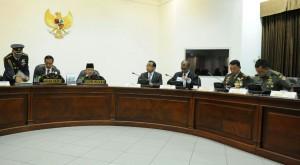 Presiden Jokowi memimpin rapat terbatas kabinet terkait perkembangan evakuasi AirAsia QZ8501, di kantor Presiden, Jakarta, Rabu (31/12)