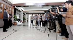 Ketua Pansel Hakim MK Saldi Isra saat menyampaikan pengumuman pendaftaran, di Kemensetneg, Rabu (10/12)