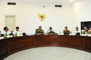 Presiden Jokowi didampingi Wakil Presiden Jusuf Kalla memimpin rapat terbatas kabinet, di kantor Presiden, Jakarta, Rabu (24/12)