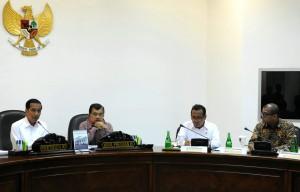 Presiden Jokowi didampingi Wapres Jusuf Kalla saat memimpin Rapat Terbatas di kantor Presiden, Jakarta, Rabu (17/12)