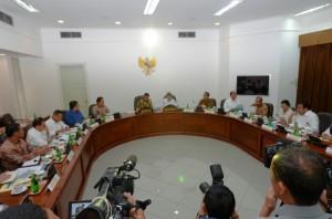 Presiden Jokowi didampingi Wapres Jusuf Kalla memimpin ratas bidang perekonomian, di kantor Presiden, Jakarta, Rabu (24/12) siang