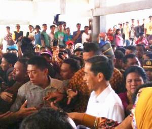 Presiden Jokowi dan Ibu Negara Iriana disambut antusias masyarakat saat mengunjungi TPI Gorontalo, Sabtu (6/12)