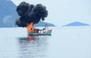 Salah satu kapal pencuri ikan yang ditenggelamkan di Anambas, Kepri, Jumat (5/12)