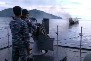 Prajurit TNI AL saat menenggelamkan kapal asing pencuri ikan, di perairan Anambas, Kepri, Jumat (5/12)