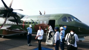 Presiden Jokowi dan Ibu Negara Iriana mendarat di Cilacap, untuk mengunjungi korban longsor di Banjarnegara, Jateng, Minggu (14/12)
