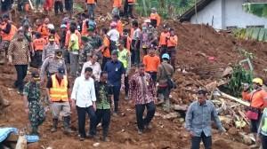 Presiden Jokowi meninjau lokasi bencana longsor di Banjarnegara, Jateng, Minggu (14/12) siang