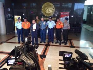 Wapres Jusuf Kalla menggelar konperensi pers terkait hilangnya AirAsia QZ8501, di kantor Basarnas, Jakarta, Minggu (28/12) petang