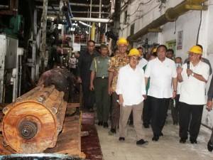 Wapres Jusuf Kalla didampingi Mendag Rahmat Gobel saat meninjau PG Mojo, di Sragen, Jateng, Jumat (5/12)