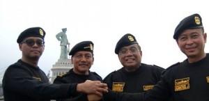 Seskab Andi Wijayanto bersama KSAL Laksamaa Marsetio, Menko Kemaritiman Idroyono Soesilo, dan Menhub Ignatius Johan seusai menerima brevet Hiu Kencana, di Surabaya, Jumat (5/12)