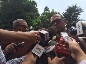 Seskab Andi Wijayanto menjawab wartawan terkait perkembangan pencalonan Budi Gunawan, di kompleks kepresidenan, Jakarta, Rabu (14/1)